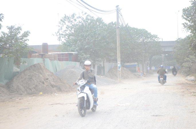 Một tuyến đường tại Hà Nội bụi bay mịt mù Ảnh: NGUYỄN HƯỞNG