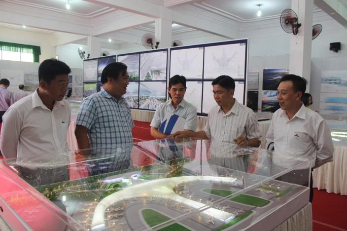 Nhiều người dân tỉnh Đồng Nai đến xem và góp ý cho kiến trúc sân bay Long Thành