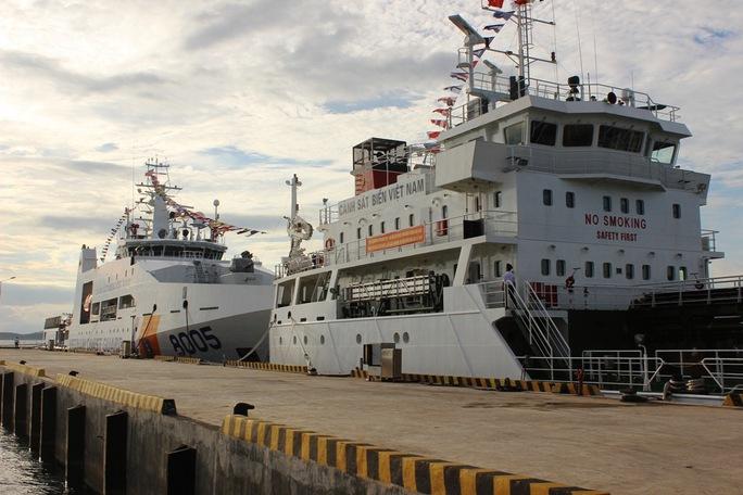 Hai tàu cảnh sát biển 8005 và 7011 neo đậu tại vùng biển Ninh Hòa, tỉnh Khánh Hòa
