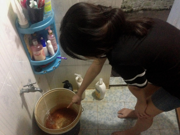 Gia đình chị Nguyễn Kim Thanh, ngụ số 48/3B Phan Văn Hớn, xã Bà Điểm, huyện Hóc Môn đang phải sinh hoạt với nguồn nước giếng nhiễm phèn nghiêm trọng Ảnh: GIA MINH