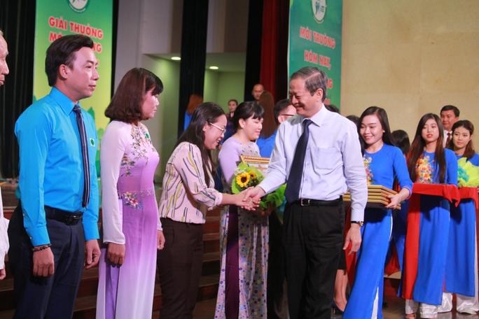 Ông Lê Văn Khoa, Phó Chủ tịch UBND TP HCM, trao thưởng cho các cá nhân, tập thể tiêu biểu trong hoạt động bảo vệ môi trường