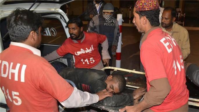 Người bị thương được đưa đi cấp cứu. Ảnh: AP