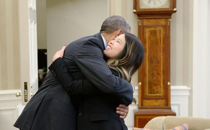 Nina Pham và Tổng thống Obama tại Nhà Trắng. Ảnh: AP