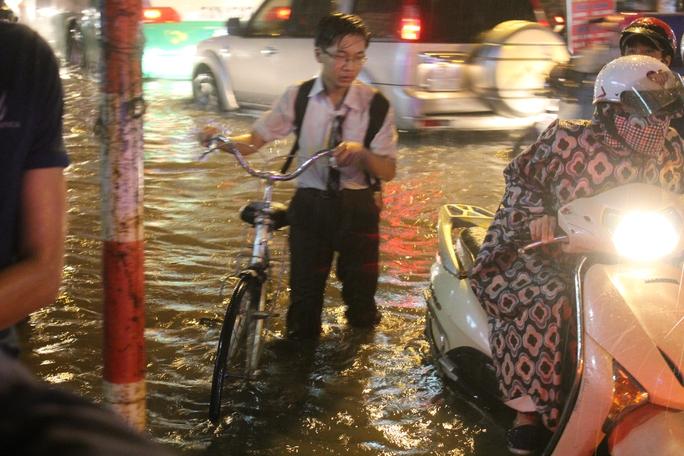 Học sinh người ướt nhẹp, vật vã lội nước về nhà