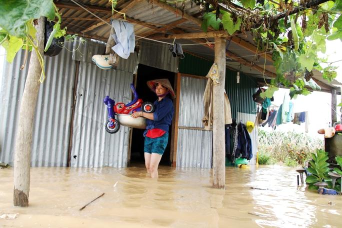 Nước về đột ngột người dân không kịp dọn đồ đạc.