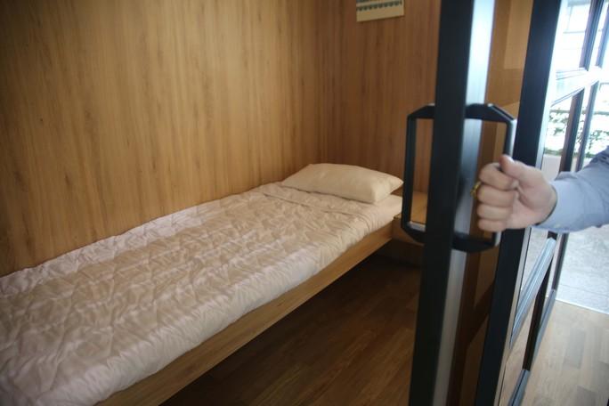 Giá của mỗi phòng là 7 USD/giờ/phòng đơn. Mỗi phòng có diện tích khoảng 4 m2, cao 2,7 m