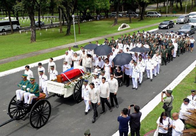 Lễ an táng ông Marcos được tổ chức bất ngờ vào sáng 18-11. Ảnh: Reuters