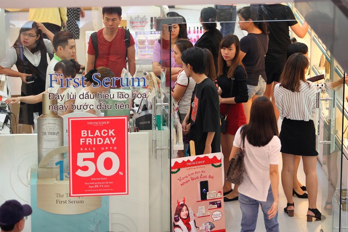 Một cửa hàng mỹ phẩm treo bảng giảm giá 50% trong ngày Black Friday