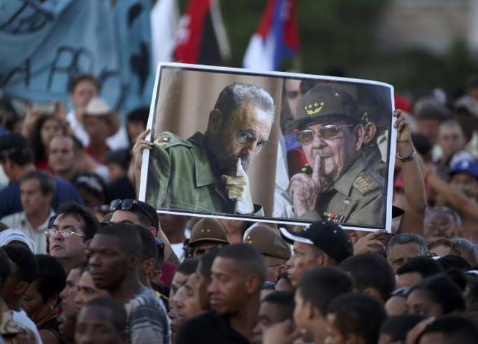 Hàng chục ngàn người dân Cuba tiễn đưa lãnh tụ vĩ đại của họ về nơi an nghỉ cuối cùng. Ảnh: REUTERS
