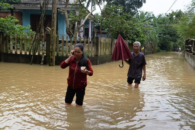 Nước lũ hiện vẫn còn ngập sâu trong các khu dân cư, làng xóm ở các vùng quê. Ảnh: Tử Trực