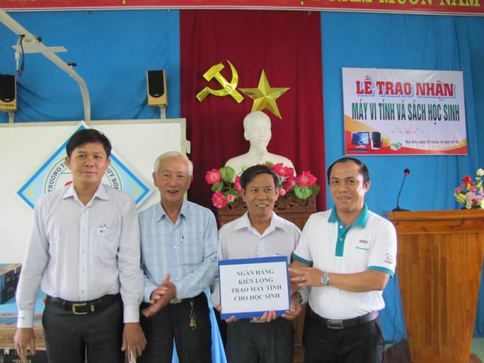 Đại diện Ngân hàng Kiên Long tại Đà Nẵng (bìa phải) trao quà là 5 bộ máy tính cho Trường Tiểu học số 2 Duy Sơn (huyện Duy Xuyên, tỉnh Quảng Nam) Ảnh: HOÀNG DŨNG