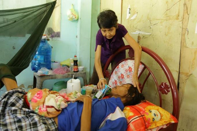 Bà Trần Thị Kim Anh chăm sóc người con trai bị bệnh phổi