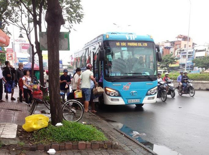 Nhiều xe khách dừng, đậu để đón - trả khách trên đường Điện Biên Phủ, đoạn gần cầu Văn Thánh (quận Bình Thạnh, TP HCM)