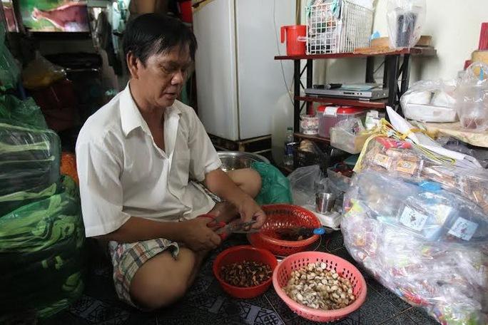 Cứ đến cuối tuần, ông Sang lại chuẩn bị thực phẩm, đi nấu ăn cho các trung tâm xã hội, mái ấm. Ảnh: HOÀNG TRIỀU