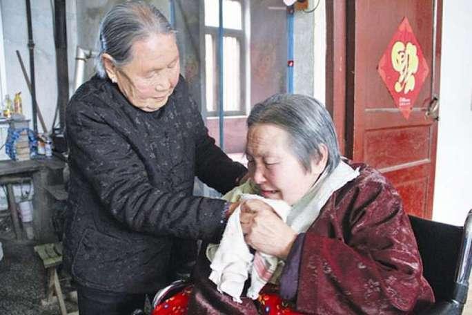 Bà Sun Yincong (trái) đã chăm sóc con dâu bị liệt gần 27 năm. Ảnh: China Daily