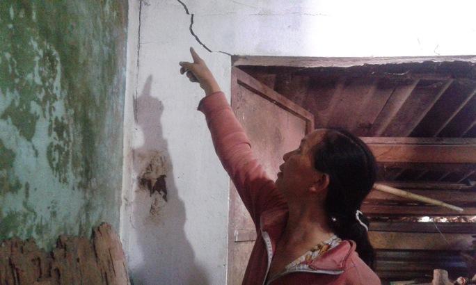 Bà Lê Thị Ngăn bức xúc vì ngôi nhà hư hỏng nặng nhưng chưa được bồi thường