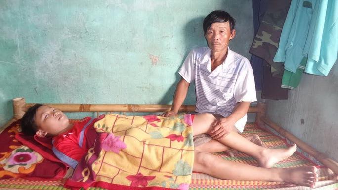 Em Trần Hữu Mạnh bị ung thư xương (ảnh trên) và cháu Trần Bảo Như bị ung thư máu đang điều trị tại bệnh viện