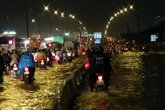 Khoảng 16 giờ chiều 16-10, cơn mưa to như trút nước kết hợp với tình trạng triều cường khiến khu vực chân cầu Rạch Chiếc (phía quận Thủ Đức) ngập sâu từ 30 - 60 cm tại cả bốn làn đường. Tại làn đường xe máy ngập nghiêm trọng đến mức cả xe máy và ô tô không thể lưu thông.