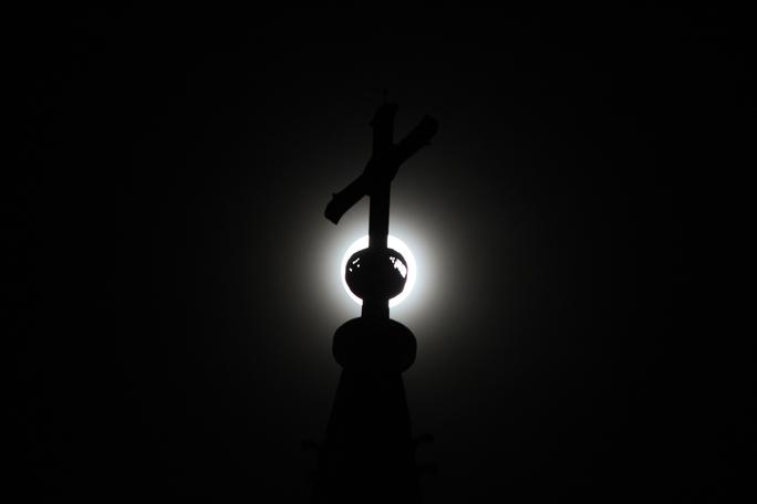 Hình ảnh ma mị lôi cuốn nhờ sự kết hợp ăn ý giữa siêu mặt trăng và đỉnh nhà thờ Đức Bà.