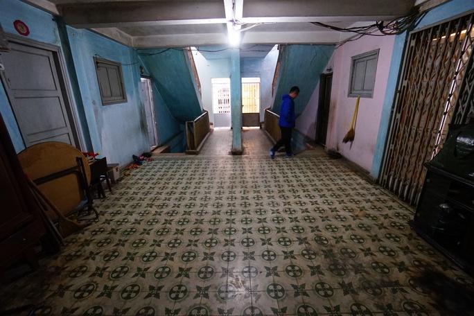 Bà Hương cho biết chung cư hiện tại chỉ còn khoảng 20 hộ dân, nhưng chỉ có 5 hộ là ở từ lúc được cấp đến giờ, những hộ còn lại đều đi nơi khác sinh sống và cho thuê lại. Một số chỗ trong nhà bị xuống cấp trầm trọng nhưng vẫn không dám sửa chữa mạnh vì sợ gây ảnh hưởng đến toàn chung cư