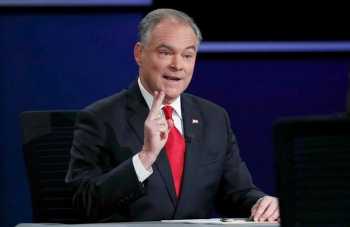 ... và đó là thượng nghị sĩ Tim Kaine, phó tướng của bà Hillary Clinton trong chiến dịch tranh cử. Ảnh: CBS NEWS