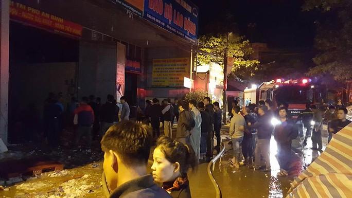 Rất đông người dân hiếu kì đứng xem vụ cháy