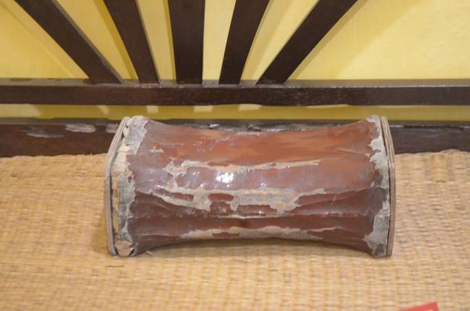 Chiếc gối kê đầu để ngủ bằng gỗ được Bác dùng