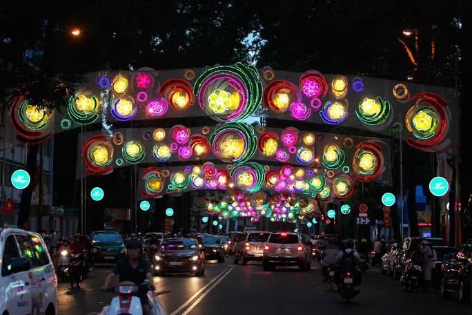 Đường Phạm Ngọc Thạch, đoạn từ Hồ Con Rùa đến Nhà thờ Đức Bà, lung linh sắc màu của đèn LED thiết kế hiện đại