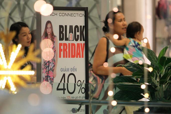Một gian hàng thời trang treo bảng giảm giá đến 40%