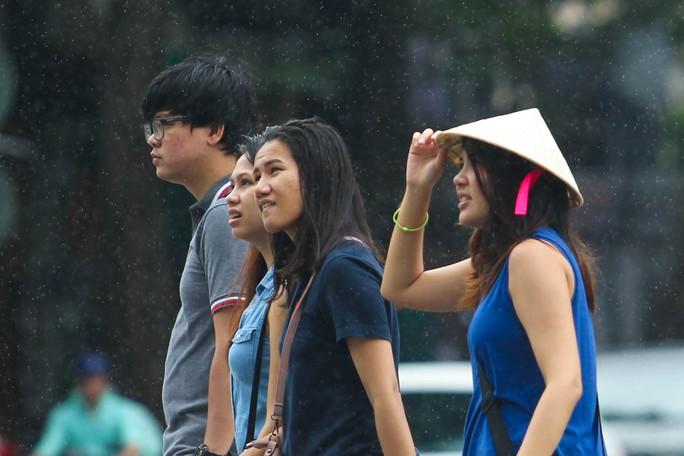 ... nhưng mọi người càng thêm thích thú khi dạo bước trên phố đi bộ Nguyễn Huệ