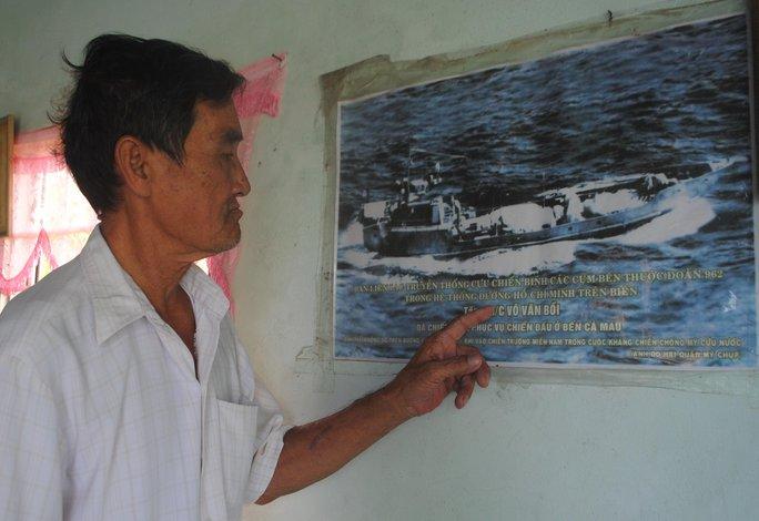 Ông Võ Văn Bời, cựu binh Trung đoàn 962, bên bức ảnh tàu không số