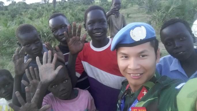 Thiếu tá Trương Anh Tuấn bên những đứa trẻ Nam Sudan. (Ảnh do nhân vật cung cấp)