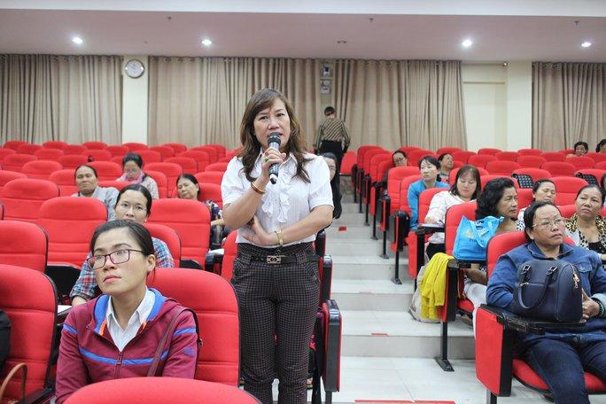 Nữ chủ nhà trọ phát biểu tại chương trình họp mặt