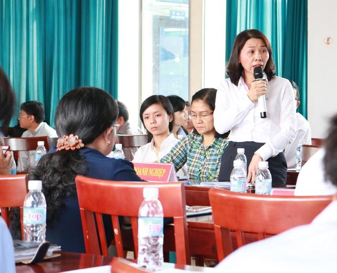 Bà Dương Thị Thu, Phó Giám đốc nhân sự Tổng Công ty Liksin, nêu các vướng mắc khi thực hiện đối thoại định kỳ