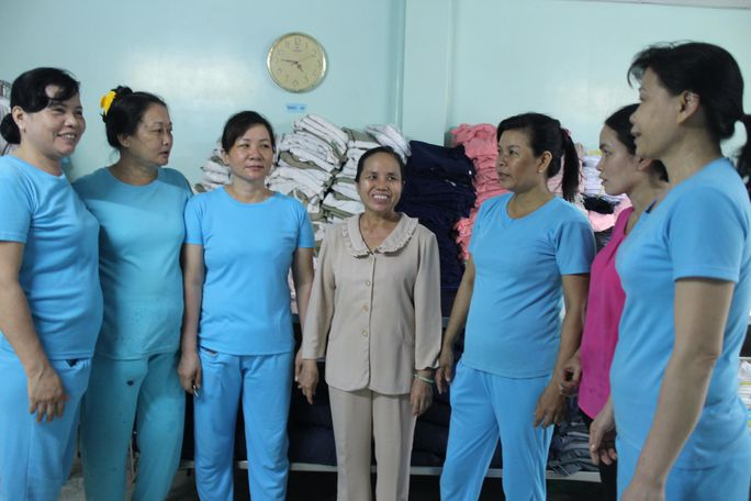 Bà Nguyễn Ngọc Bích (giữa) rất được công ty tin tưởng, công nhân quý mến