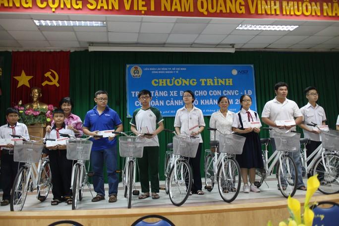 Con CNVC-LĐ ngành Y tế TP HCM nhận xe đạp