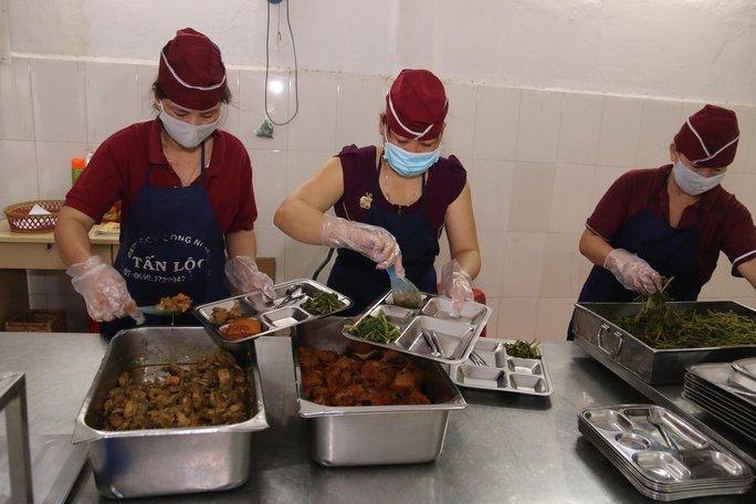 Đầu bếp chuẩn bị bữa ăn giữa ca cho công nhân tại Công ty TNHH Shing Việt (quận Thủ Đức, TP HCM)