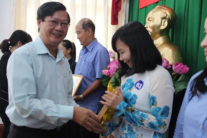 Ông Lý Ngọc Sơn, Phó Ban Chính sách - Pháp luật LĐLĐ TP HCM, trao giấy khen cho các tập thể xuất sắc