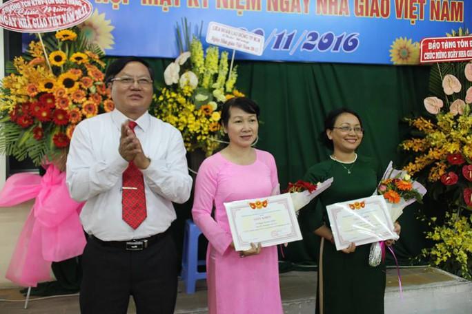 Thầy Hà Hữu Sang, Giám đốc Trung tâm Giáo dục thường xuyên Tôn Đức Thắng, tặng giấy khen cho các giáo viên đạt thành tích giảng dạy tốt