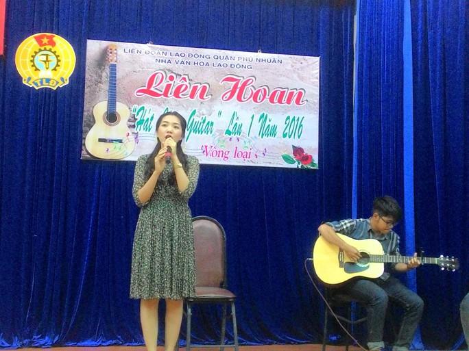 Thí sinh tham gia thi hát cùng guitar