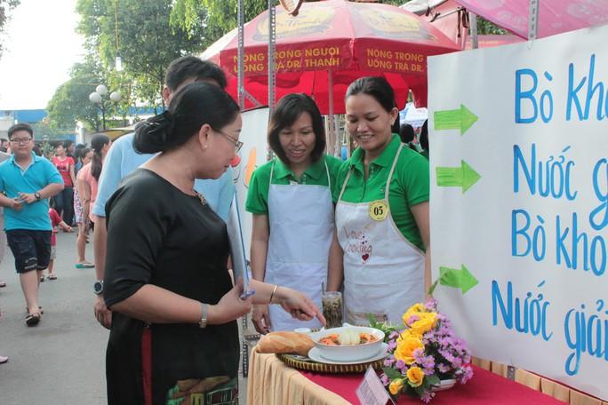 Bà Nguyễn Thị Thu Thảo, Phó Ban Nữ công LĐLĐ TP, chấm điểm các gian hàng
