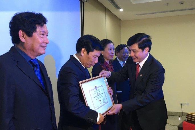 Chủ tịch Tổng LĐLĐ Việt Nam Bùi Văn Cường trao kỷ niệm chương vì sự nghiệp xây dựng tổ chức Công đoàn cho các cá nhân của Bộ Văn hóa - Thể thao và Du lịch