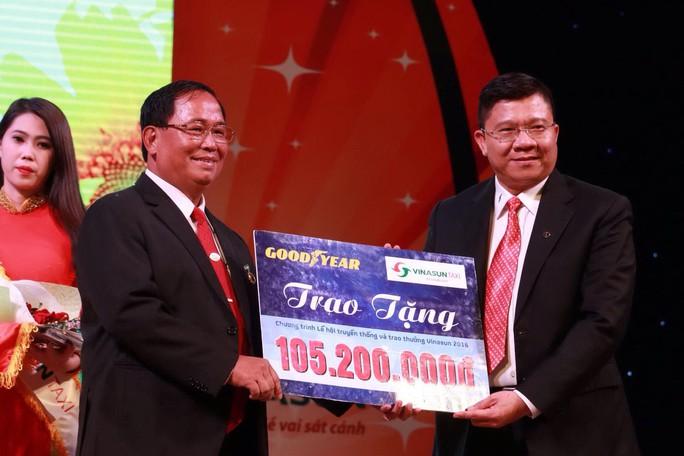Đại diện Công ty TNHH Lốp xe Goodyear Việt Nam (bìa phải) trao tiền cho Công ty CP Ánh Dương Việt Nam