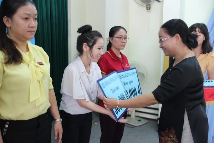 Bà Nguyễn Thị Thu Thảo, Phó Ban Nữ công LĐLĐ TP HCM, trao quà cho nữ cán bộ Công đoàn có hoàn cảnh khó khăn Ảnh: HỒNG ĐÀO