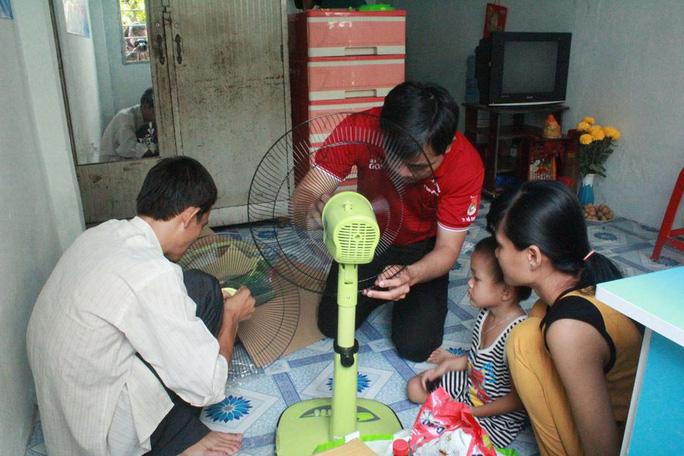 """Nhân viên Trung tâm Hỗ trợ thanh niên công nhân TP HCM lắp ráp quạt cho gia đình công nhân nhận """"Căn phòng mơ ước"""""""