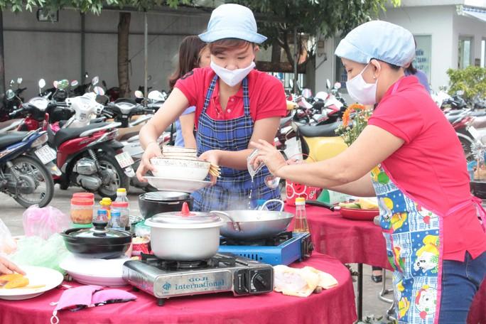 Cán bộ nữ công thi nấu ăn tại hội thi cán bộ nữ công giỏi do LĐLĐ quận Bình Tân, TP HCM tổ chức Ảnh: THANH NGA