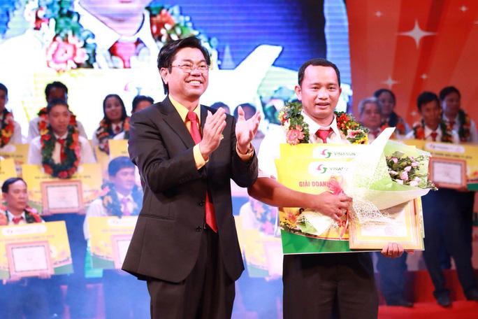 Ông Đặng Phước Thành, Chủ tịch HĐQT Vinasun, trao phần thưởng cho tài xế đạt doanh thu cao