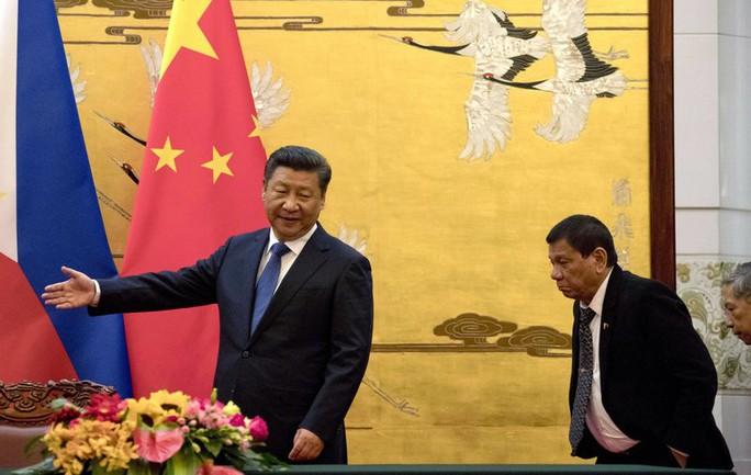 Chủ tịch Trung Quốc Tập Cận Bình và Tổng thống Philippines Rodrigo Duterte trong chuyến thăm Bắc Kinh. Ảnh: AP