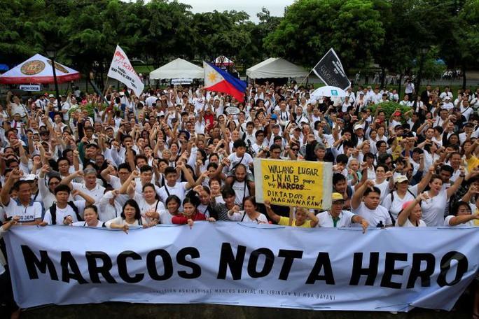 Với nhiều người Philippines, ông Marcos không phải là người hùng. Ảnh: Reuters