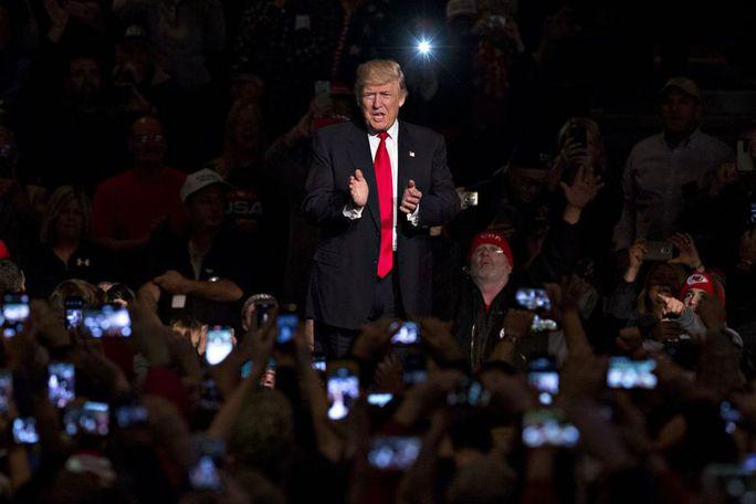 Ông Trump tại cuộc tuần hành ở bang Iowa hôm 8-12. Ảnh: Bloomberg